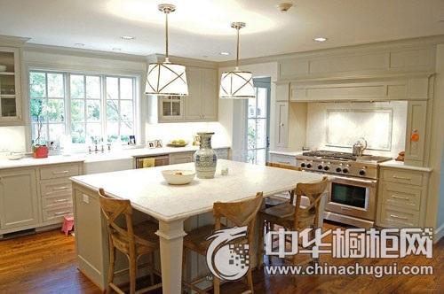 这款美式厨房,还兼具了书房的功能,在厨房中设计了书柜,中间的岛台