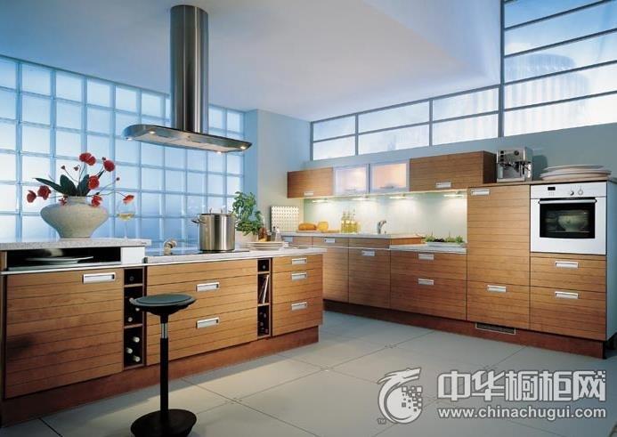 原木色整体橱柜图片  开放式厨房装修效果图