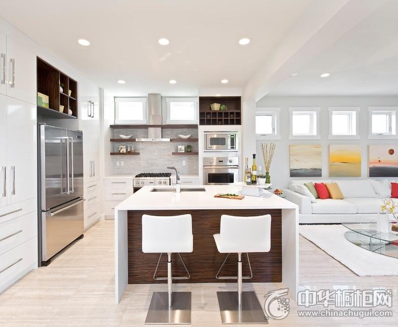白色开放式厨房橱柜装修实景图 烤漆大橱柜图片