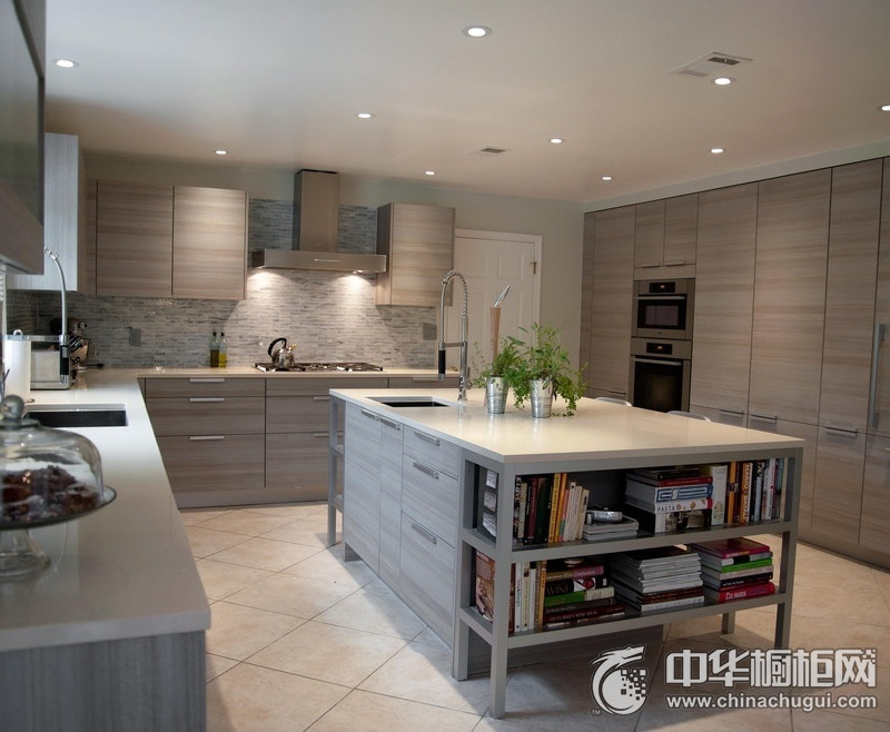 典雅欧原木色橱柜装修效果图 大户型厨房整体橱柜效果图