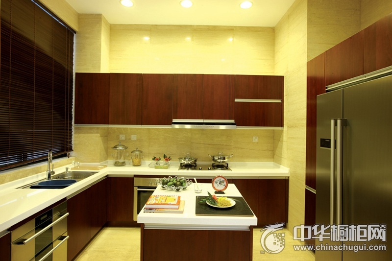 小厨房木纹橱柜装修效果图 将空间利用率最大化