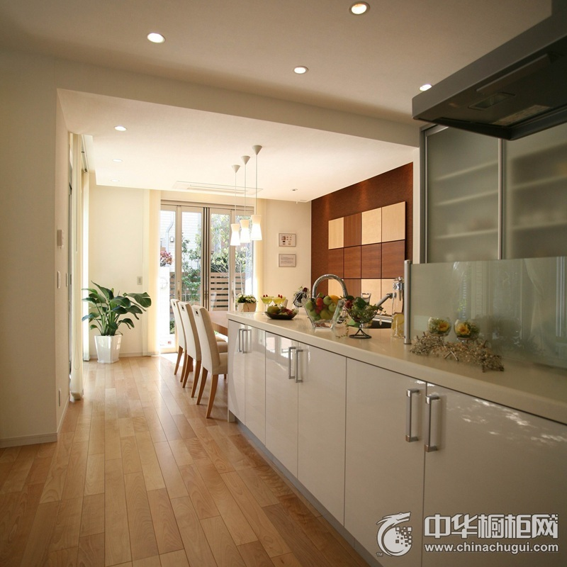一字型白色烤漆整体橱柜装修效果图 优雅的结构塑造舒适