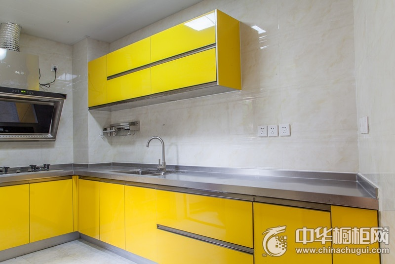 简约风格厨房黄色橱柜装修实景图 烤漆整体橱柜图片