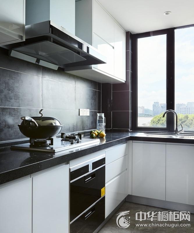 现代简约风格厨房橱柜装修实景图 黑色台面橱柜效果图