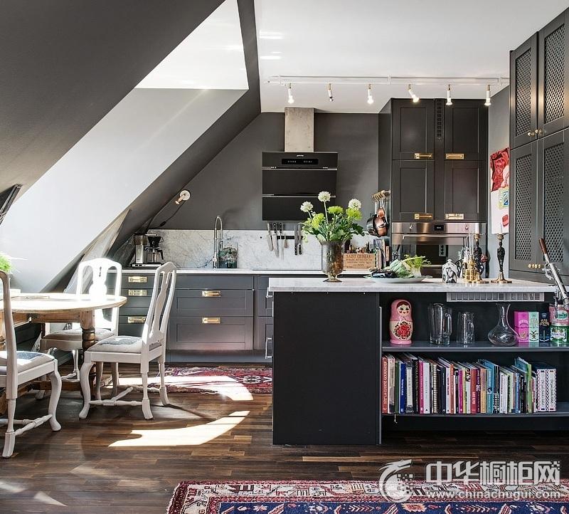 阁楼欧式厨房黑色橱柜装修实景图 黑色系橱柜效果图