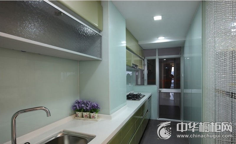厨房一字型绿色橱柜装修效果图 绿色橱柜效果图