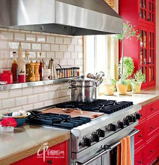 橱柜选购:乡村田园风格厨房红色实木橱柜